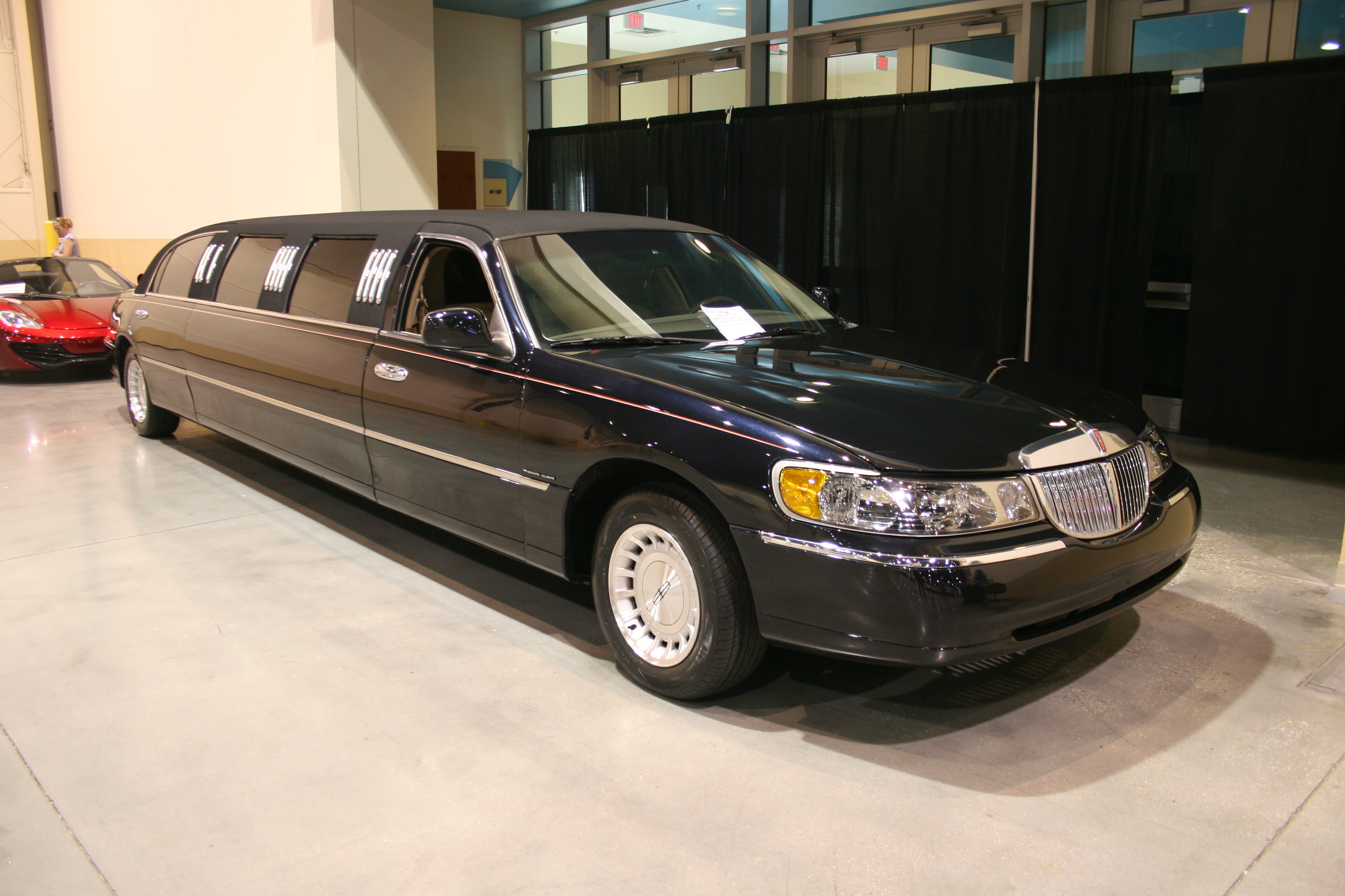 2nd Image of a 1998 LINCOLN TOWN CAR EXECUTIVE