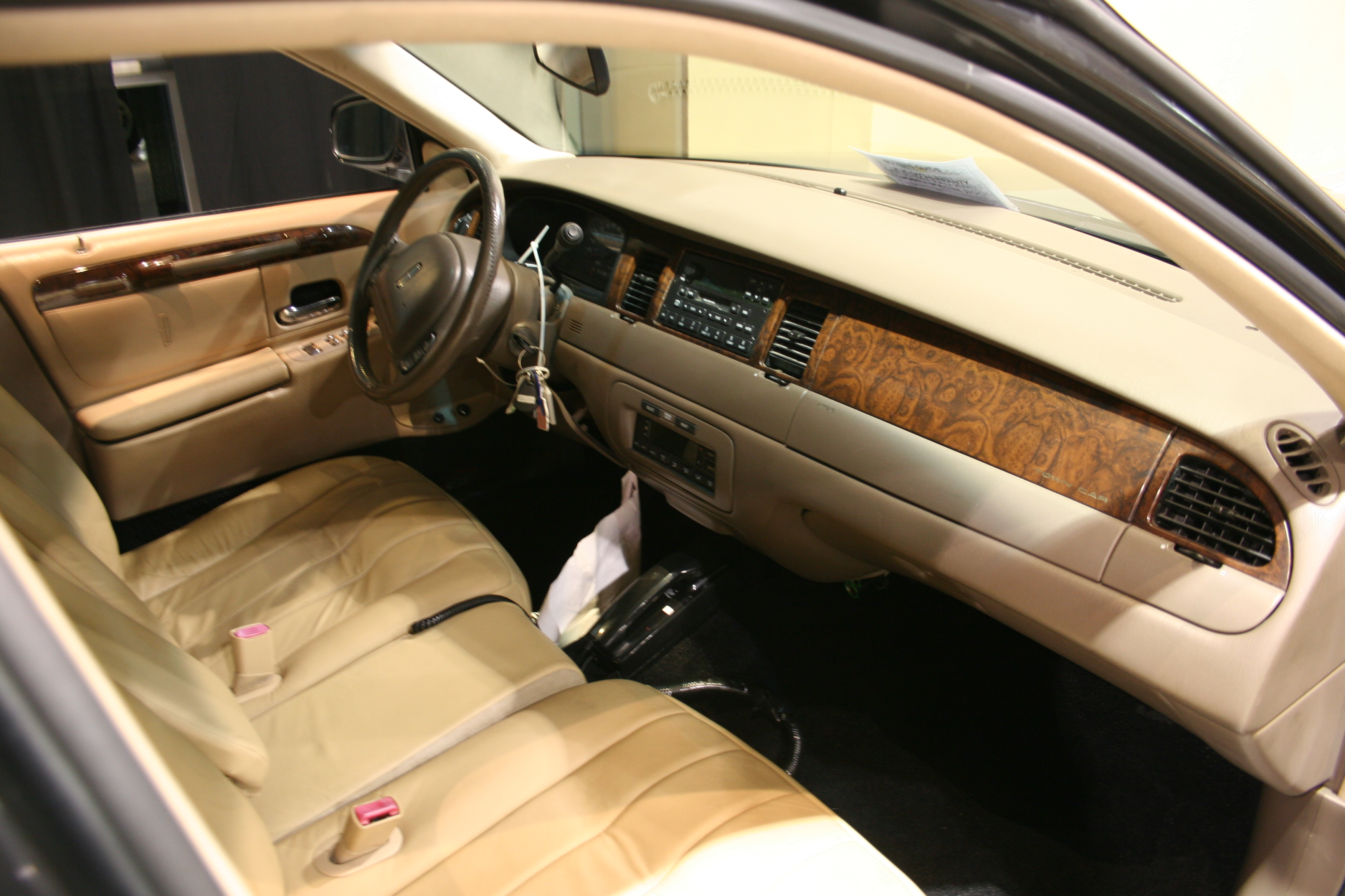 3rd Image of a 1998 LINCOLN TOWN CAR EXECUTIVE