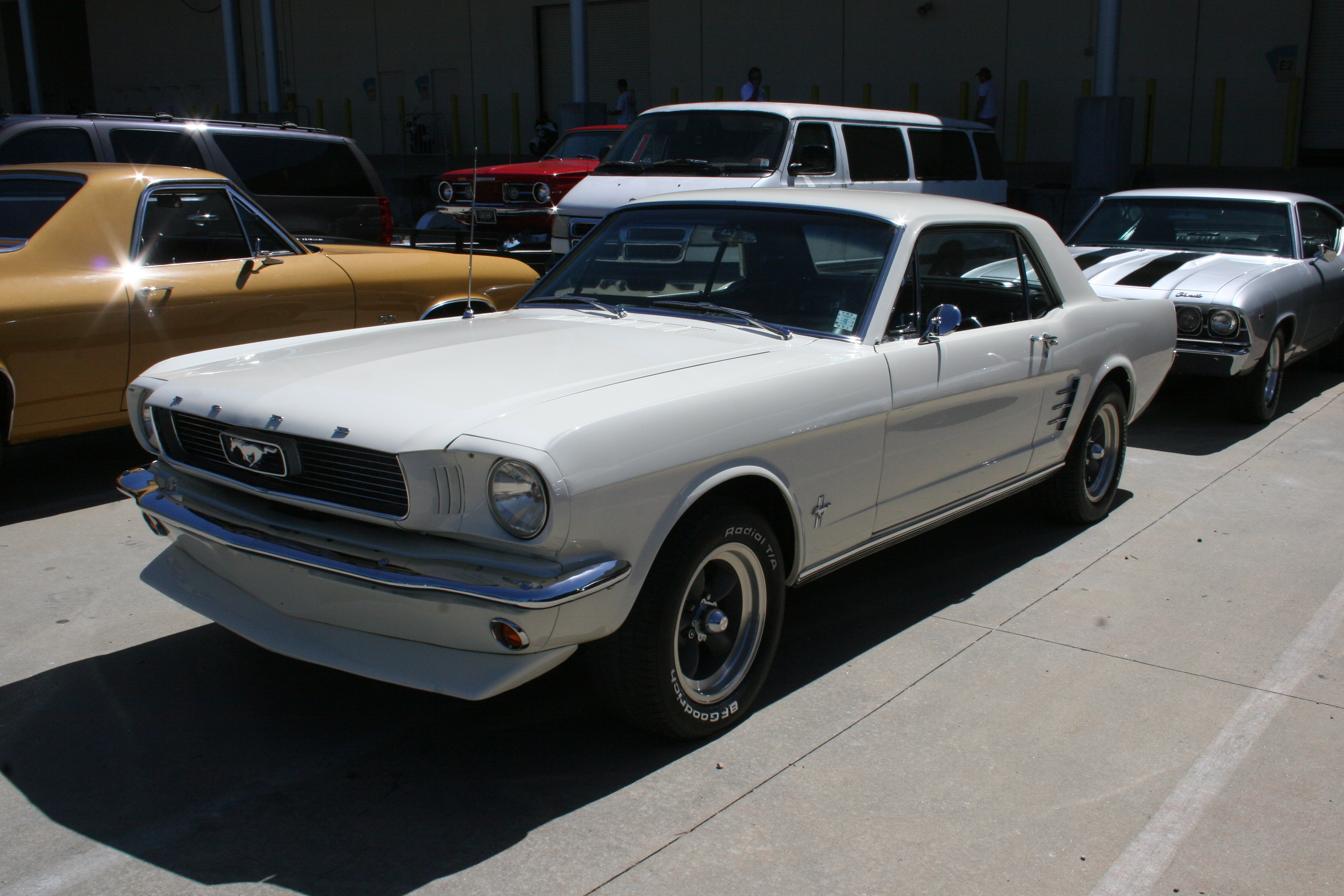 2nd Image of a 1966 FORD MUSTANG