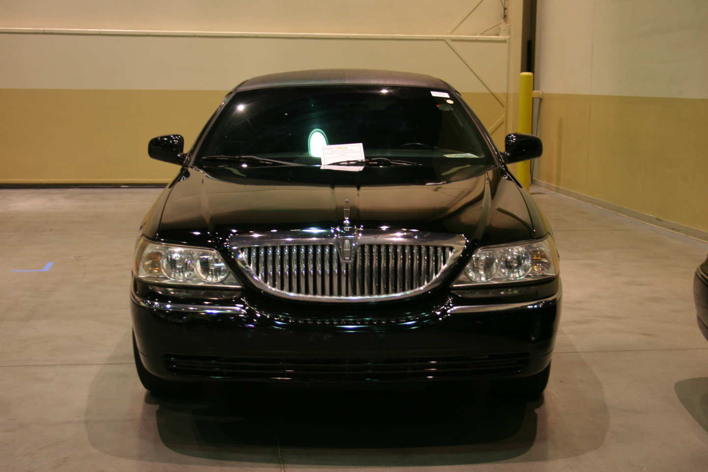 1st Image of a 2005 LINCOLN TOWN CAR EXECUTIVE