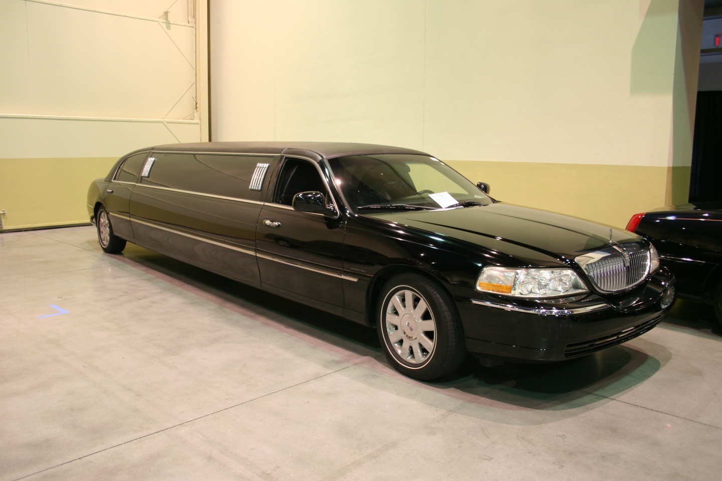 2nd Image of a 2005 LINCOLN TOWN CAR EXECUTIVE