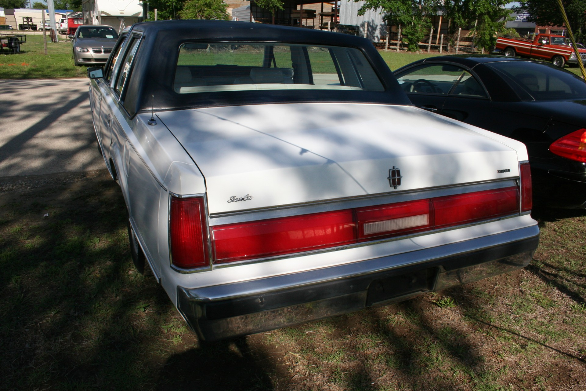 4th Image of a 1985 LINCOLN TOWN CAR
