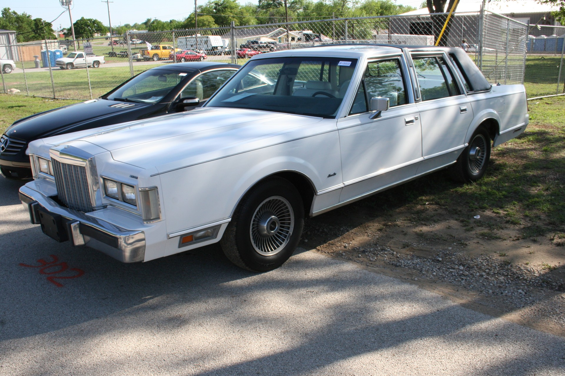 2nd Image of a 1985 LINCOLN TOWN CAR