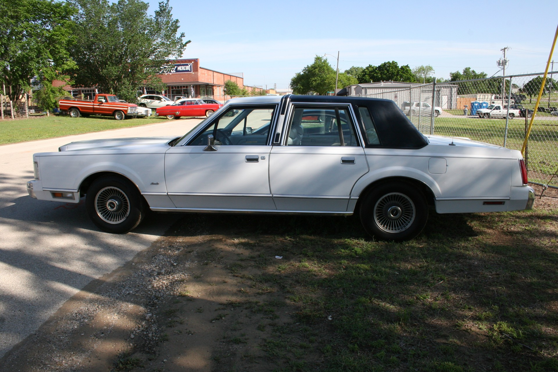 3rd Image of a 1985 LINCOLN TOWN CAR