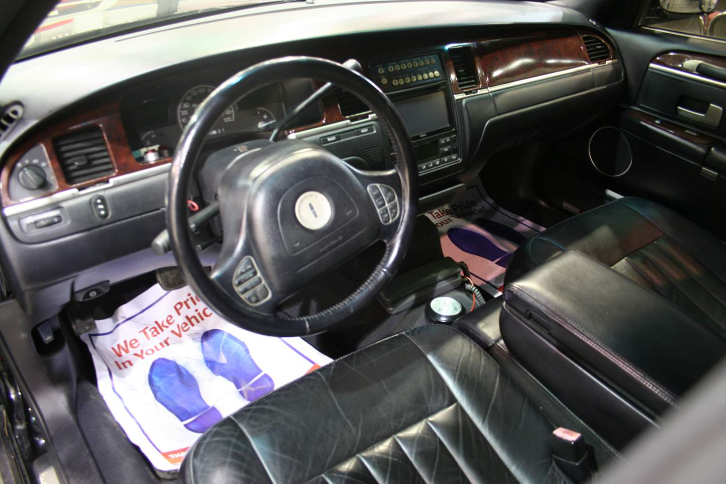 3rd Image of a 2003 LINCOLN TOWN CAR EXECUTIVE