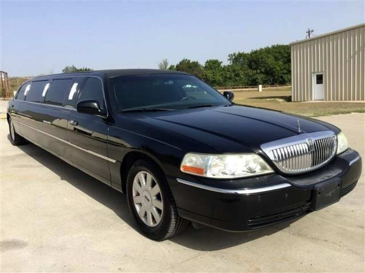 1st Image of a 2006 LINCOLN TOWN CAR EXECUTIVE