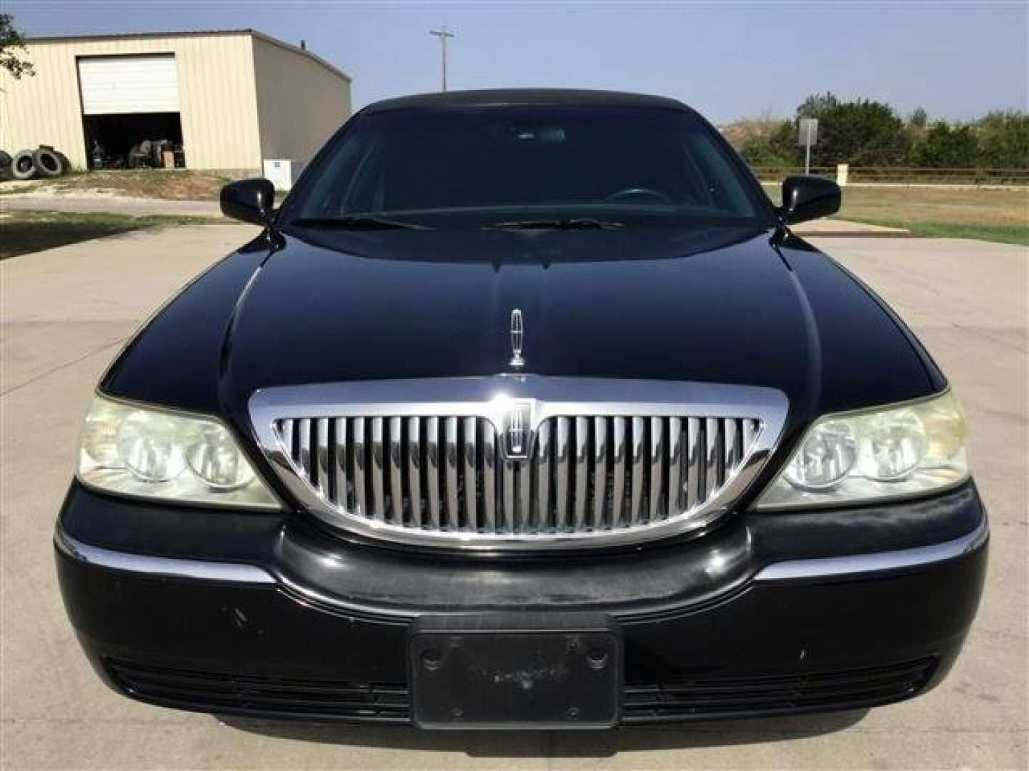 2nd Image of a 2006 LINCOLN TOWN CAR EXECUTIVE