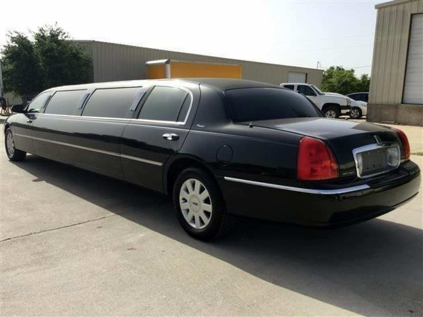 3rd Image Of A 2006 Lincoln Town Car Executive