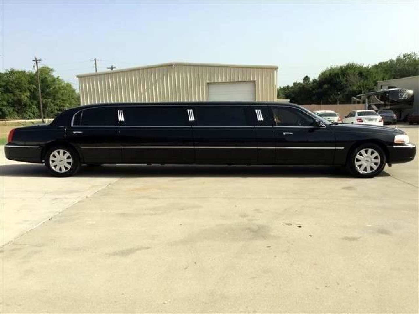 27th Image of a 2006 LINCOLN TOWN CAR EXECUTIVE