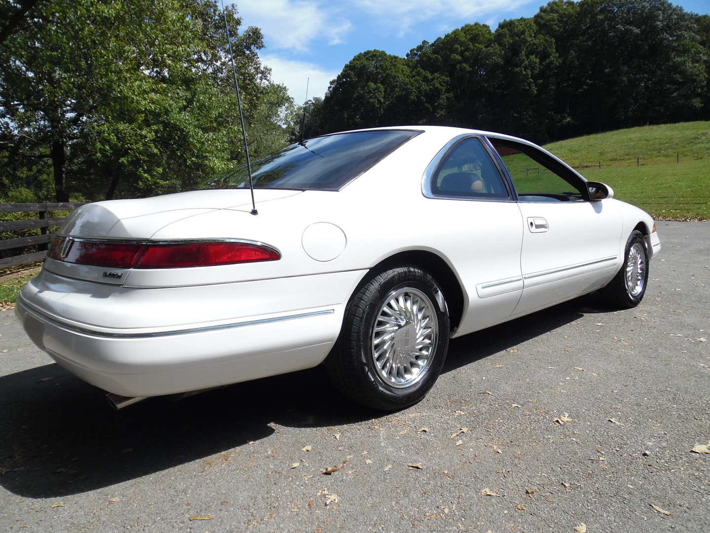 3rd Image of a 1995 LINCOLN MARK VIII